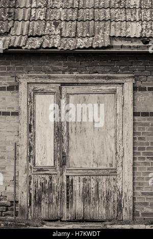 Cerró la puerta del viejo edificio abandonado. Vintage frente de la casa. Sucio de la arquitectura. Imagen De Stock