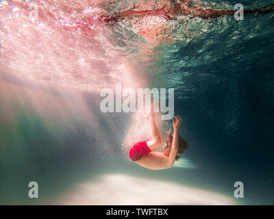 Niño en una piscina de buceo Imagen De Stock