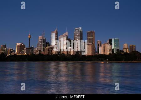 El puerto de Sydney y el horizonte de Sydney al anochecer, Australia Imagen De Stock