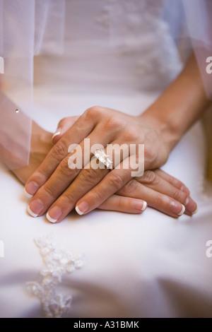 Cerca de las manos de la novia y el anillo de compromiso Imagen De Stock