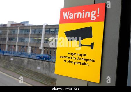 Imágenes de advertencia puede ser controlada con el fin de prevención del delito firmar Imagen De Stock