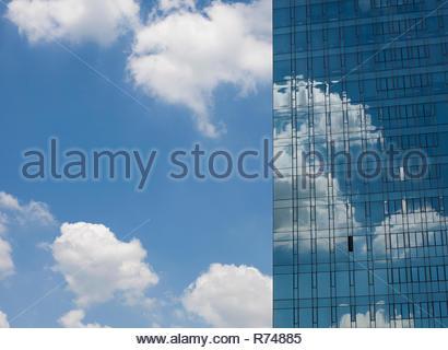 Detalle de rascacielos de vidrio con una sola ventana abierta, contra el cielo azul, Seúl, Corea del Sur Imagen De Stock