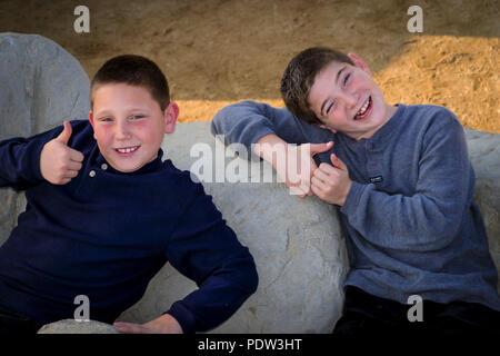 Hermanos fuera sonriendo a la cámara © Myrleen Pearson ....Ferguson Cate Imagen De Stock