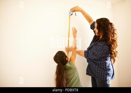 Madre e hija de pared de medición para el proyecto Imagen De Stock