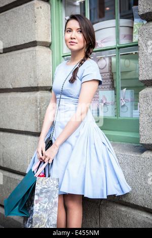 Mujer joven llevando bolsas de la compra. Imagen De Stock