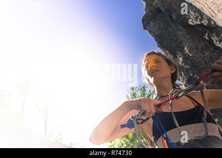 Las hembras jóvenes de escalador preparación de cuerda de escalar, humo Bluffs, Squamish, British Columbia, Canadá Imagen De Stock