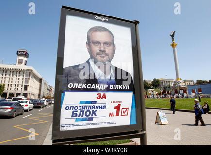 Una elección billboard con retrato de Oleksandr Vilkul bloque opositor y visto en la Plaza de la Independencia en Kiev.Las primeras elecciones parlamentarias tendrán lugar en Ucrania el 21 de julio de 2019. Según las encuestas de opinión, en el 2019 las elecciones parlamentarias de Ucrania 5 Partes será capaz de entrar en el Parlamento ucraniano : El presidente ucraniano Volodymyr Zelensky's partido llamado siervo del pueblo con 41,5%, pro-ruso de la oposición - Plataforma de por vida con el 12,5%, la parte de voz de estrella de rock ucraniano Svyatoslav Vakarchuk con 8,8%, solidaridad europea del ex presidente ucraniano, Petro Imagen De Stock