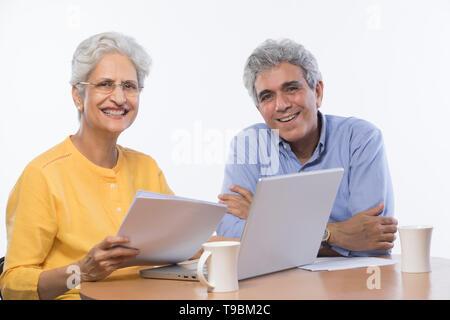 Las parejas ancianas utilización portátil Imagen De Stock