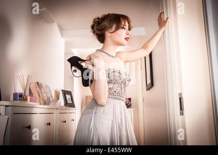 Cansado joven en vestido de noche en el pasillo Imagen De Stock