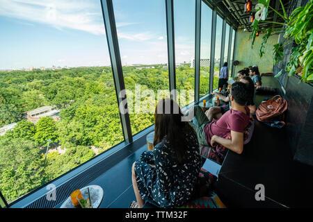 Opinión de los clientes mirando Tiergarten en la azotea Monkey Bar a la moda 25hours Hotel en Berlín, Alemania Imagen De Stock