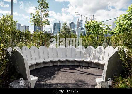Asientos circulares enclave, diseñado por Gunter Beltzig. Puente de Brooklyn Park Pier 3, Brooklyn, Estados Unidos. Arquitecto: Michael Van Valkenburgh, 2018. Imagen De Stock