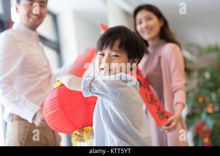 Niño alegre con linterna tradicional Imagen De Stock