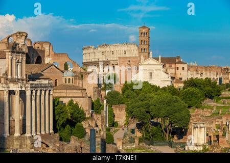 Por la noche la luz del sol sobre las ruinas del Foro Romano y el Coliseo, Roma, Lazio, Italia Imagen De Stock
