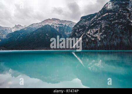Paisaje con turquesa del lago y de las montañas cubiertas de nieve, Dolomitas, Italia Imagen De Stock