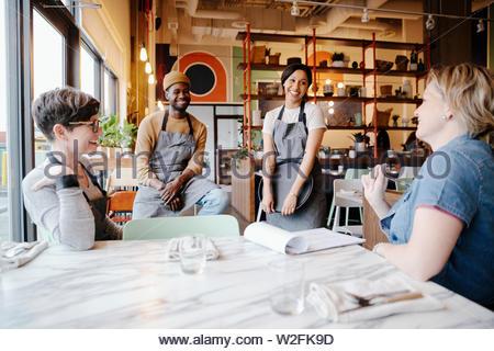 Reunión de servidores en restaurante. Imagen De Stock