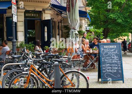 Cafetería concurrida en verano en noviembre de Prenzlauer Berg en Berlín, Alemania Imagen De Stock
