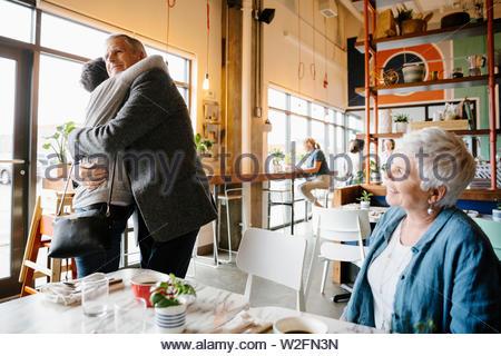 Padre saludo y abrazo hija en cafe Imagen De Stock