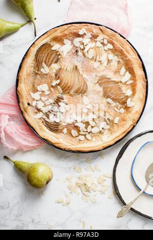 Tarta de almendras con peras escalfados y frangipane Imagen De Stock