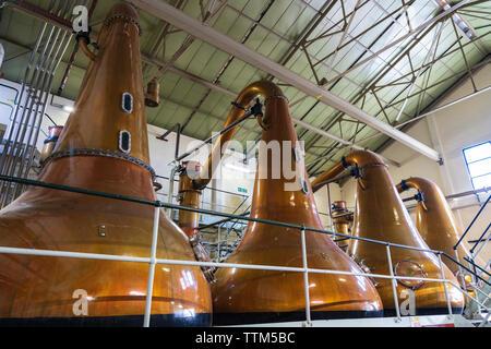 Stills dentro todavía Room en Lagavulin Distillery en la isla de Islay en Inner Hebrides de Escocia, Reino Unido Imagen De Stock
