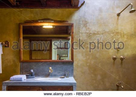 Detalle de baño. Jalakara Villa Hotel, Islas Andamán y Nicoar, India. Arquitecto: Ajith Andagere, 2016. Imagen De Stock