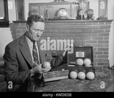 La leyenda del béisbol retirado Walter Johnson con pelotas de recuerdo firmado por seis presidentes: Theodore Imagen De Stock