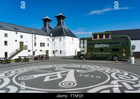 Vista de la Destilería Ardbeg en la isla de Islay en Inner Hebrides de Escocia, Reino Unido Imagen De Stock