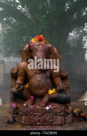 SSK 870 - un ídolo de un elefante encabezada dios hindú señor Ganesh en el invierno en el ambiente neblinoso Matangeshwar templo dedicado al Señor Shiva Khajuraho, Madhya Pradesh, India Asia el 16 de diciembre de 2014 Imagen De Stock
