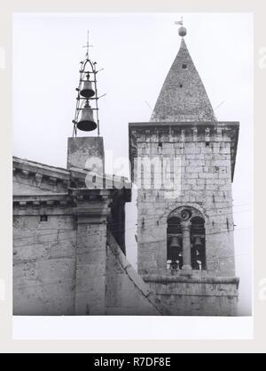 Los Abruzos Sulmona Pacentro S. Maria Maggiore, esta es mi Italia, el país de la historia visual, Vista exterior de la fachada de finales del siglo 15, el campanile, portales y fuente. Vistas interiores de naves, altares, púlpito, techo y puertas talladas. Imagen De Stock