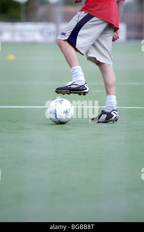 Fotografía de fútbol colocando estudiante habilidoso astro turf ball Imagen De Stock