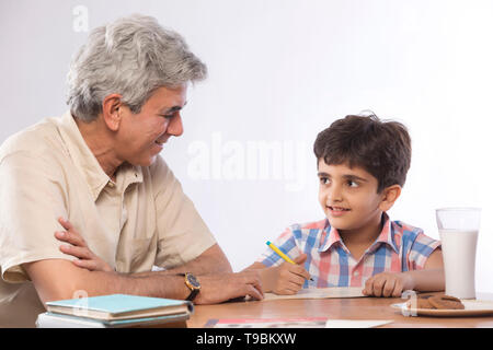 Abuelo ayudando nieto en la tarea Imagen De Stock