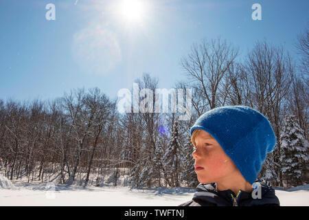 Retrato de un joven de pie en la nieve, Estados Unidos Imagen De Stock