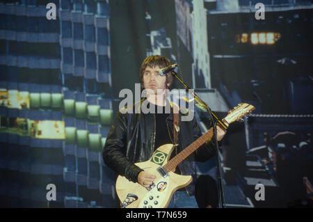 El grupo de rock británico Oasis con Noel Gallagher, en agosto de 2000 Imagen De Stock