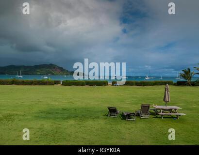 De Hanalei Bay, Hawai, Kauai, barcos de vela, nubes, césped, mesa de picnic Imagen De Stock