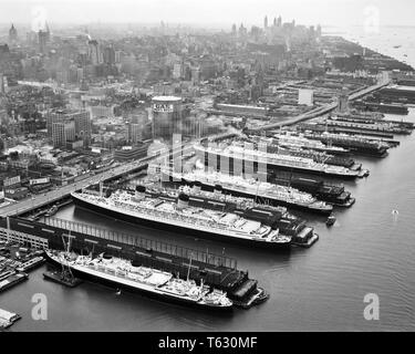 1950 ocho buques de pasajeros todos los transatlánticos de lujo acoplada en el lado del río Hudson de Manhattan, CIUDAD DE NUEVA YORK NY USA - S786 HAR001 HARS TRANSATLÁNTICOS OCHO TRASATLÁNTICO VISTA AÉREA EN BLANCO Y NEGRO HAR001 Río Hudson camisas Ocean Going antiguo buque RARAS Imagen De Stock