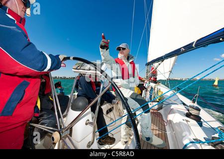 Una tripulación yate Offshore preparándose para la raza. Imagen De Stock