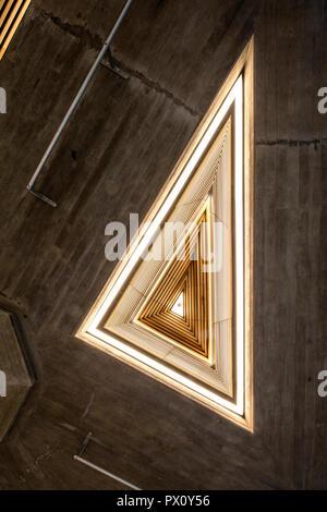 Las luces de techo triangular restaurada del Queen Elizabeth Hall Hall, la restaurada sala de Purcell en el Queen Elizabeth Hall, South Bank Centre, Londres Imagen De Stock
