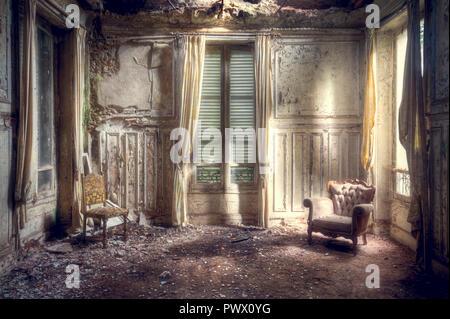 Vista desde el interior de una habitación preciosa en una villa abandonada en Francia. Imagen De Stock