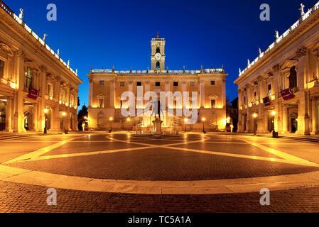 El Palazzo Senatorio y la Piazza del Campidoglio en la Colina Capitolina al amanecer, Roma Lazio Italia Imagen De Stock