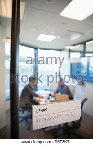 Empresario entrevistando en la sala Imagen De Stock