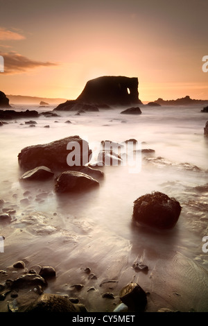 Elephant Rock en la costa Antrim capturado al anochecer. Imagen De Stock
