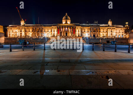 Trafalgar Square, la National Gallery y por la noche, Londres, Inglaterra, Reino Unido Imagen De Stock