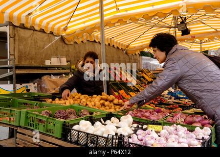 Un cliente que compra verduras frescas en un mercado al aire libre se atasque en Marktplatz, Stuttgart, Alemania Imagen De Stock