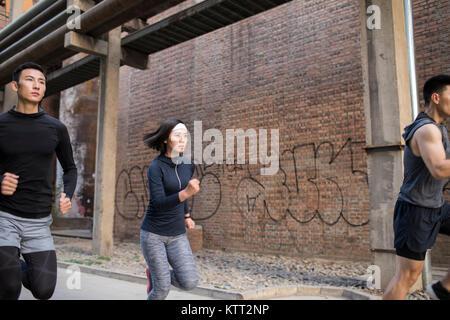 Jóvenes amigos correr al aire libre Imagen De Stock