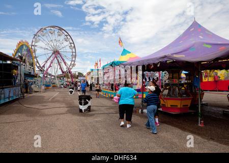 La gente caminando a través de Midway en la Feria del Estado de Nuevo México. Imagen De Stock