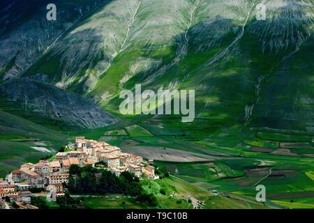 Ciudad Medieval de Castelluccio en el Parque Nacional de los Montes Sibillini, Umbria Italia Imagen De Stock