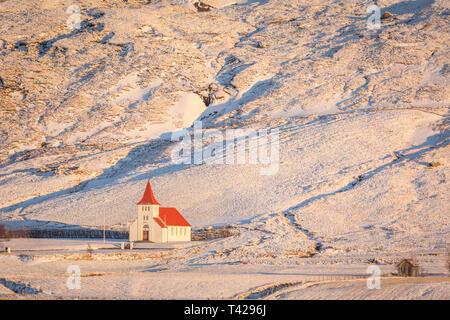 Asolfsskalakirkja visto desde la carretera de circunvalación de Islandia al amanecer. Imagen De Stock