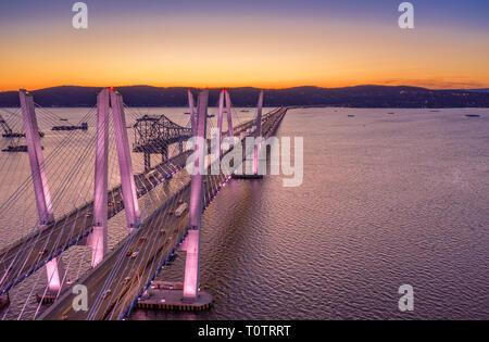 Vista aérea del nuevo puente Tappan Zee, abarcando entre el río Hudson y Nyack Tarrytown al atardecer (con copia espacio) Imagen De Stock