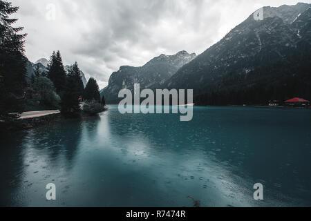 Paisaje con lago y montañas nevadas, Dolomitas, Italia Imagen De Stock