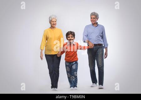 Los abuelos y nieto caminando Imagen De Stock