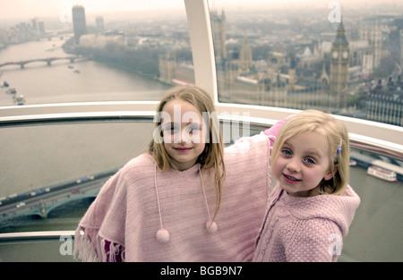 Fotografía del ojo de Londres Visita vista interior pod kids río Támesis Imagen De Stock